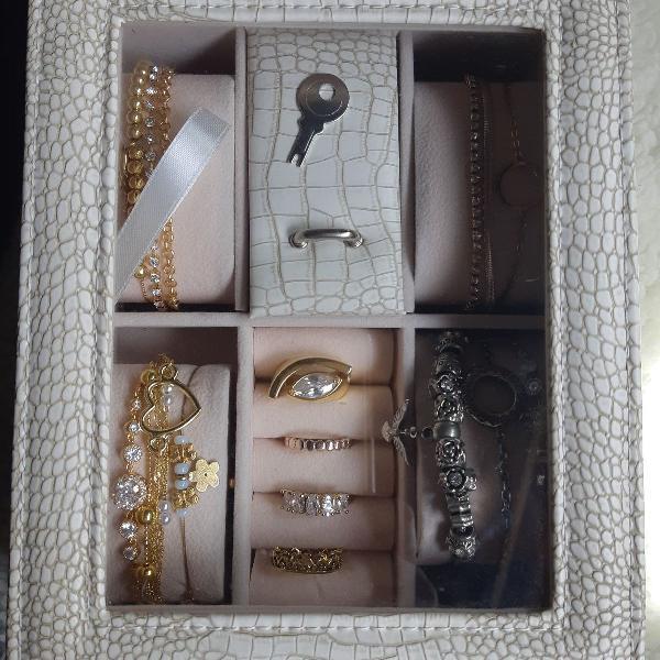 Porta jóias, com tampo em vidro e chave.