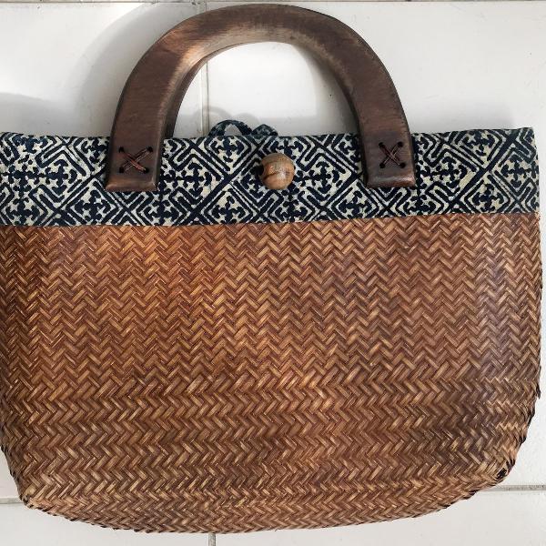Bolsa de palha e madeira balinesa