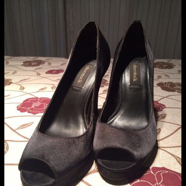 Peep toe de cetim shoestock