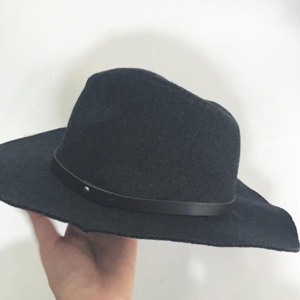 Chapéu cinza escuro estilo fedora