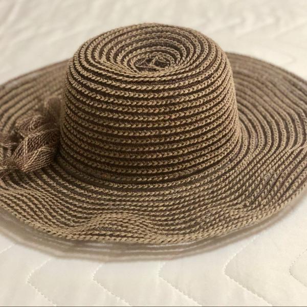 Chapéu de palha escura