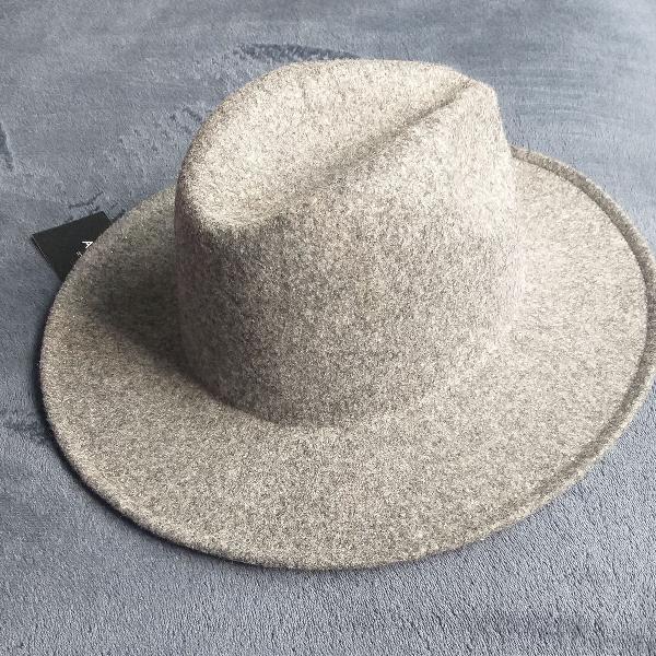 Chapéu detalhe pérolas