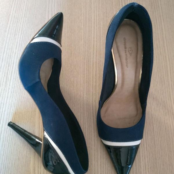 Scarpin azul com detalhes preto e branco