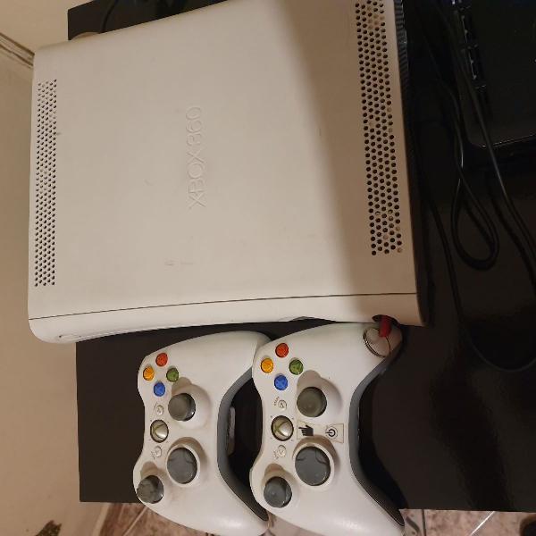 Xbox 360 console e 2 controles