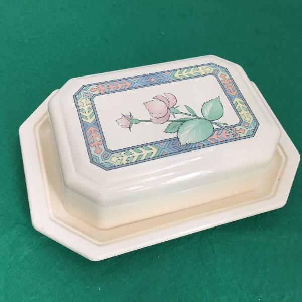 Manteigueira na cor creme com estampa de flor