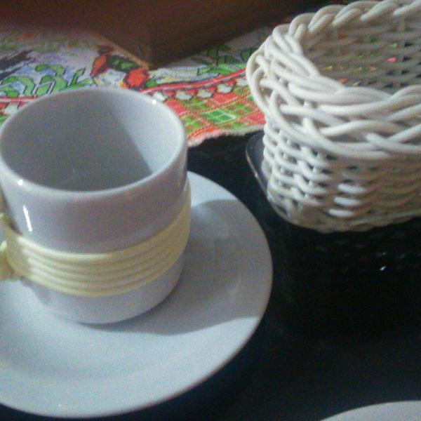 Conjuntinho porcelana, xícara com pires, 2 pires sobremesa