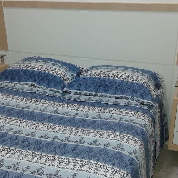 Painel de cama com criado mudo e tomada imbutida