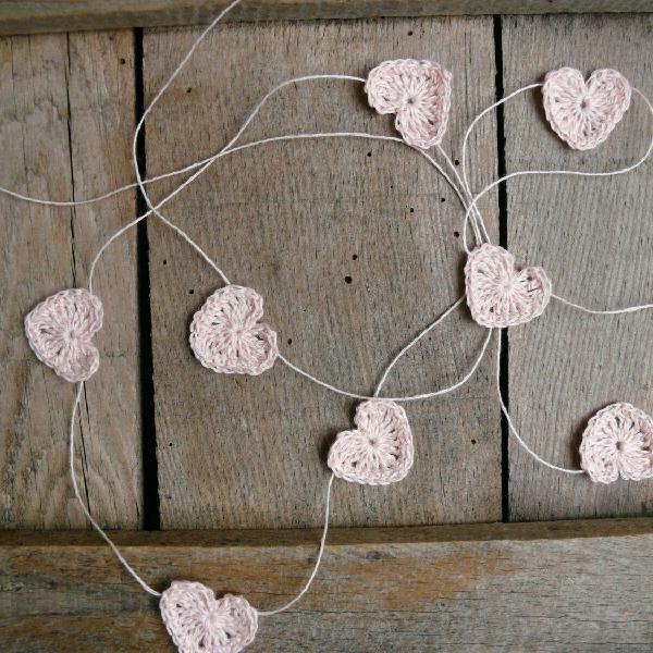 Varal corações de crochê rosa