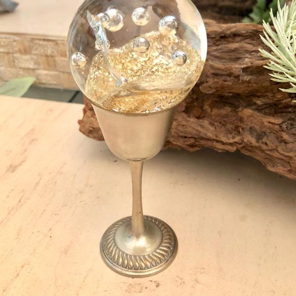 Bola de vidro em taça de estanho antiga