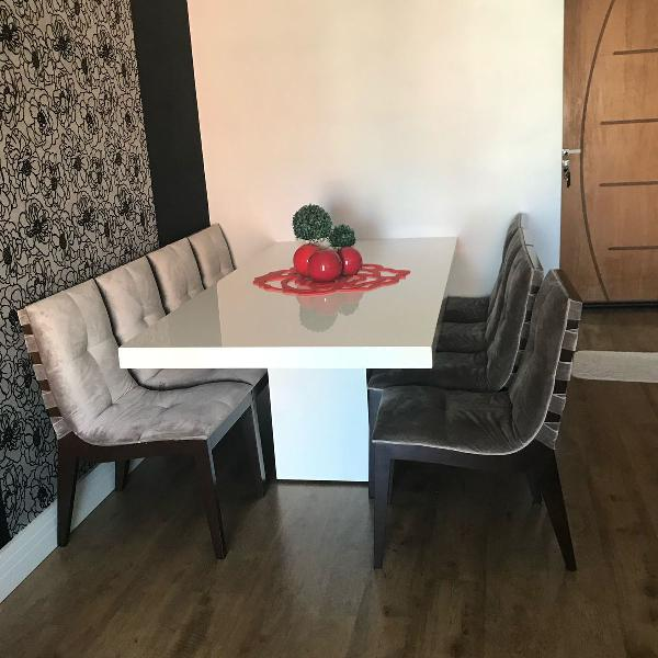 Mesa com 8 cadeiras 2x1, retangular, base de laca branca,