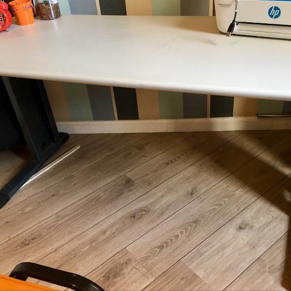 Mesa de escritório com duas cadeiras