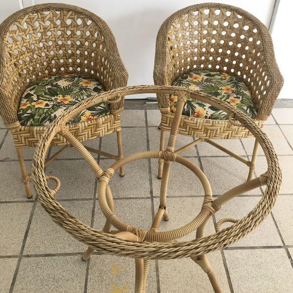 Mesa e cadeiras de fibra sintética