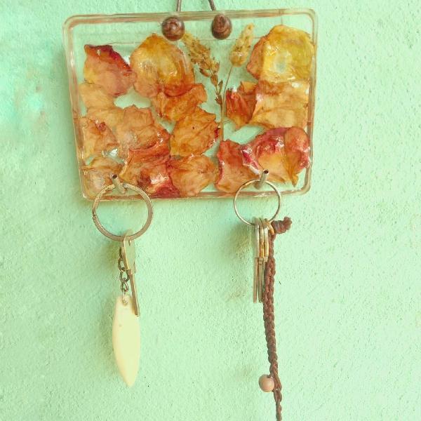 Porta chaves pétalas de rosas vermelhas