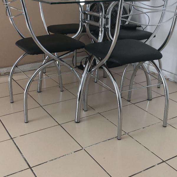 Mesa e cadeiras esperando por você!