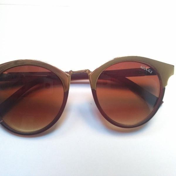 Oculos escuro marrom com detalhe dourado