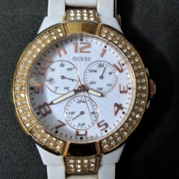 Relógio branco e dourado guess