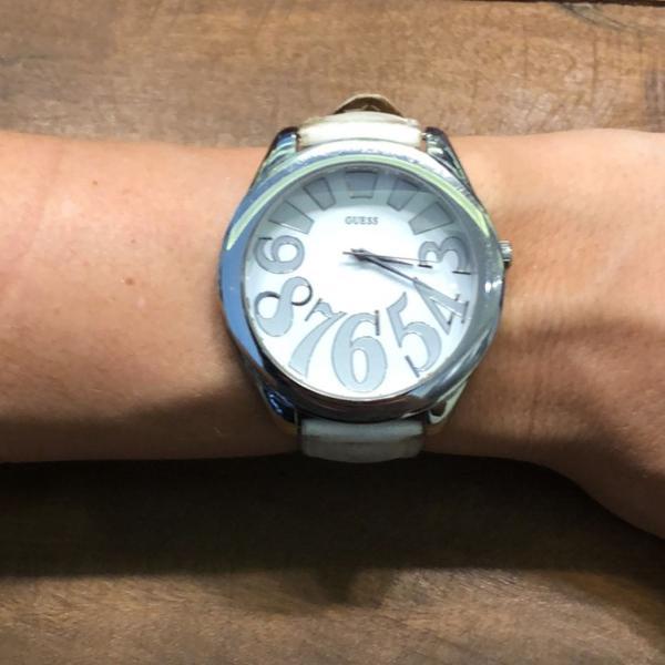 Relógio em couro branco original da marca guess