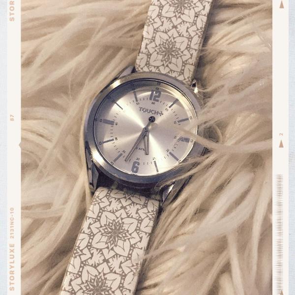 Relógio prata com pulseira branca e cinza