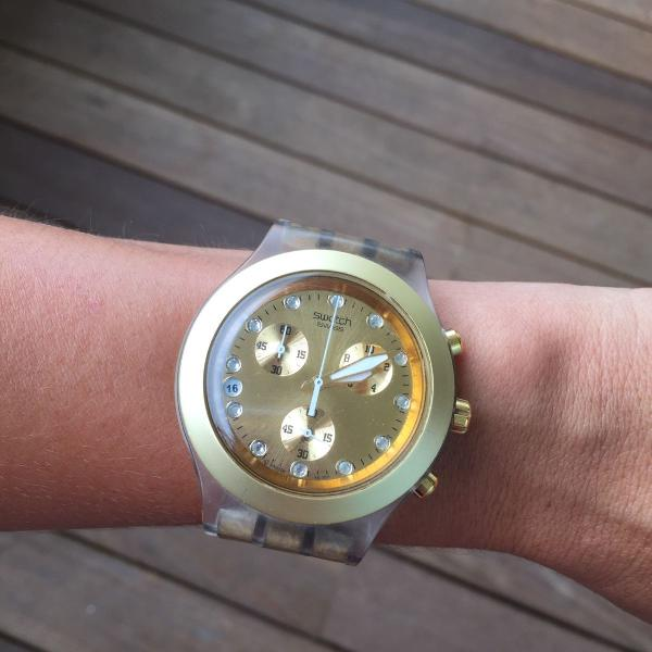 Relógio swatch dourado fosco