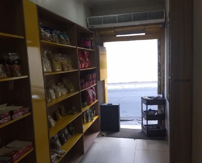 Casa para fins comerciais com pequena loja frente de rua com