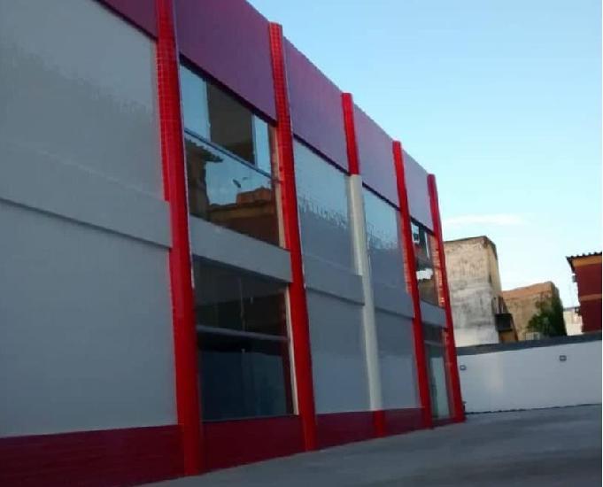 Prédio comercial novo em vidro e concreto no marco, belém.