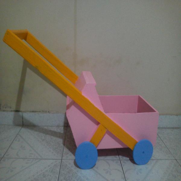 Carrinho de boneca em madeira