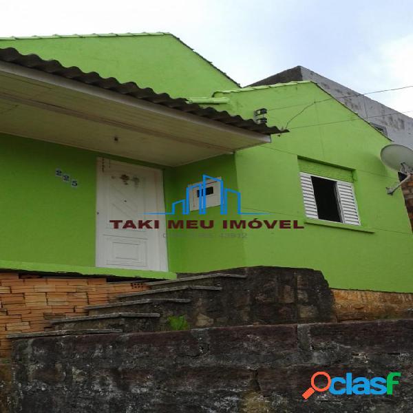 Casa escriturada com 03 dormitórios, 02 vagas de garagem, amplo terreno