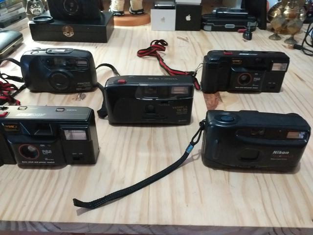 Cinco máquinas fotográficas.