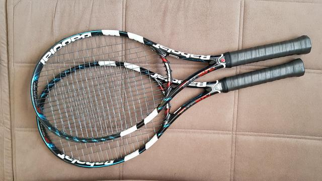 Conjunto raqueteiro e 2 raquetes.