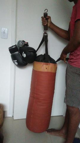 Luvas com saco de boxe r$150