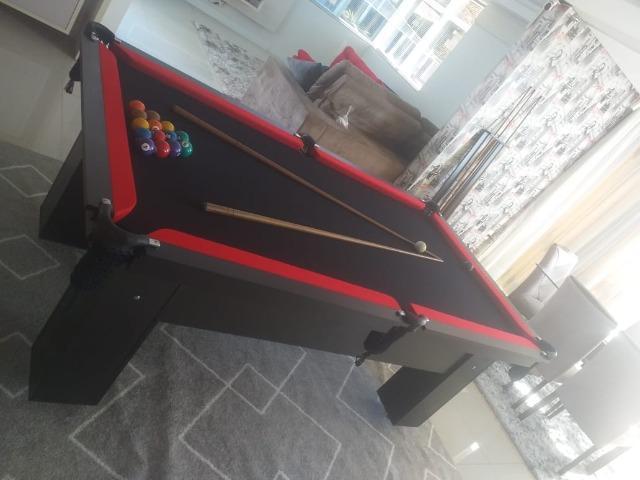 Mesa charme 4 pés laterais cor preta tecido preto e borda