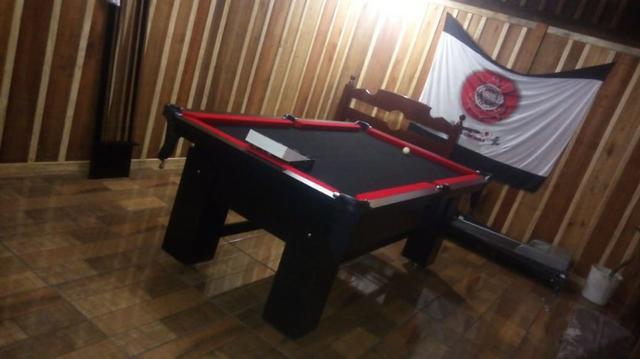 Mesa charme e jantar cor preta tecido preto e borda vermelha