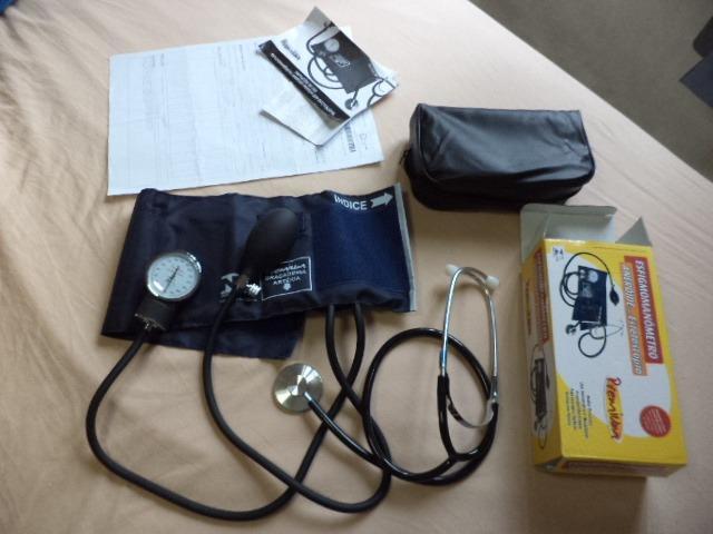Aparelho de pressão esfigmomanômetro e estetoscópio