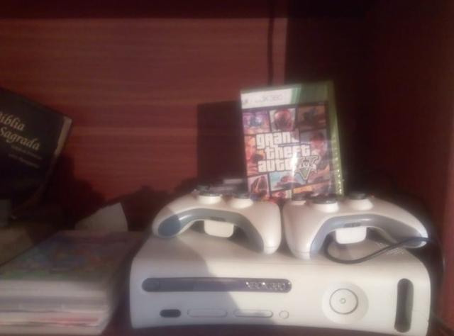 Xbox 360 desbloqueado com dois controles e mais de 15 jogos.