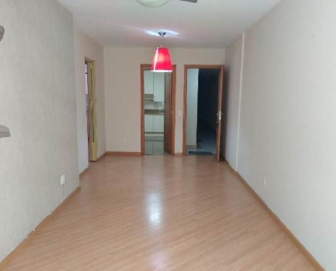 Locação: apartamento de 2 quartos mais dependência