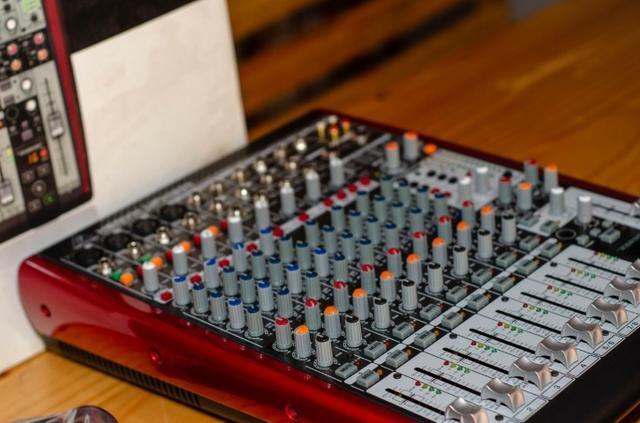 Mesa de som com interface de audio ufx1204 behringer