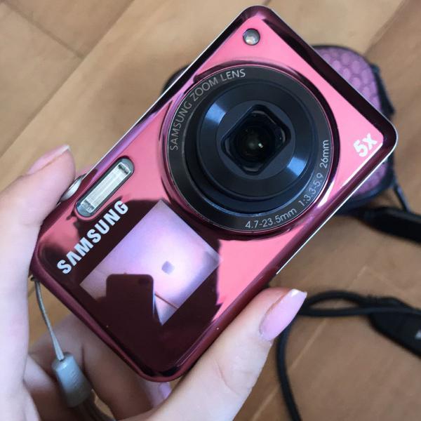 Máquina fotográfica com display frontal