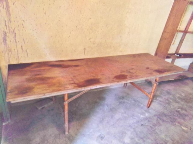 Grande mesa de ótima madeira com pernas dobraveis