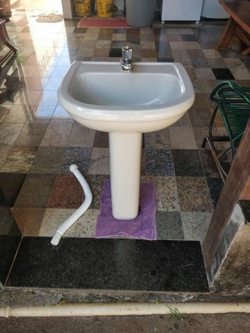 Pia de banheiro e vaso sanitário
