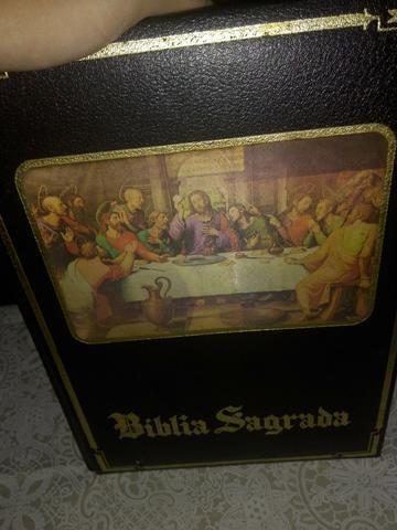 Bíblia sagrada com efeito holográfico na capa