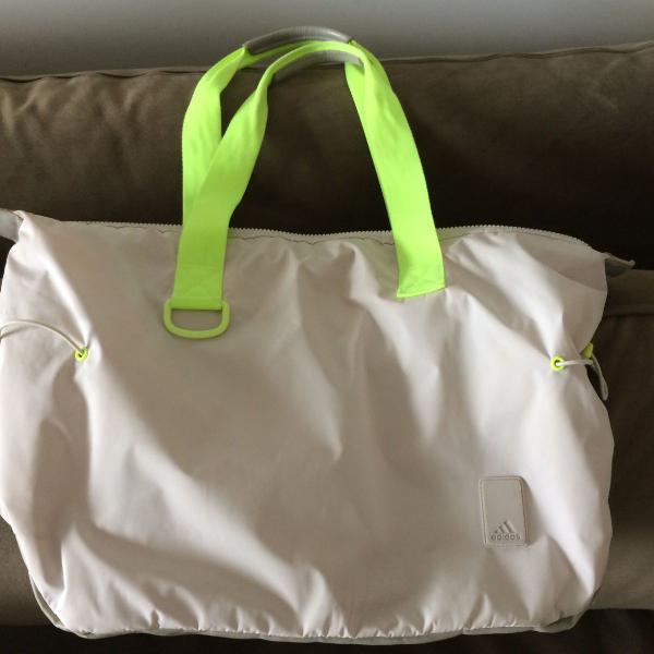 Linda bolsa esportiva adidas, muito bem conservada, lavada