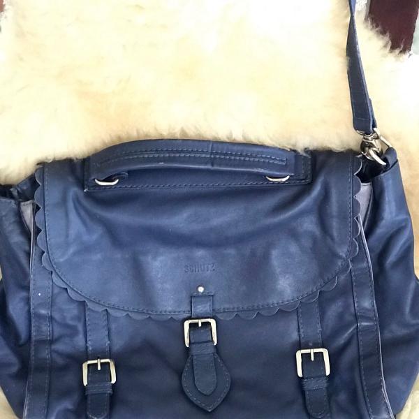 Bolsa grande schütz azul marinho com alça longa