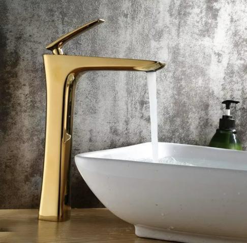 Sofisticada torneira dourada com mixer para água quente e