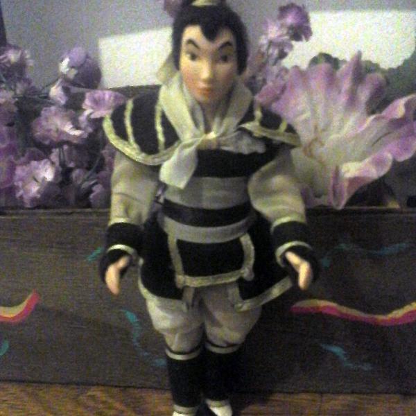 Boneca porcelana disney mulan guerreira
