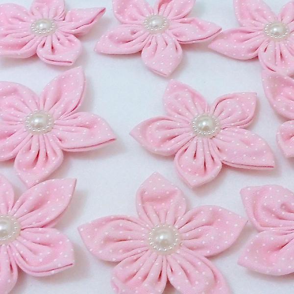 Kit aplique flor de fuxico cor de rosa e poás branco para