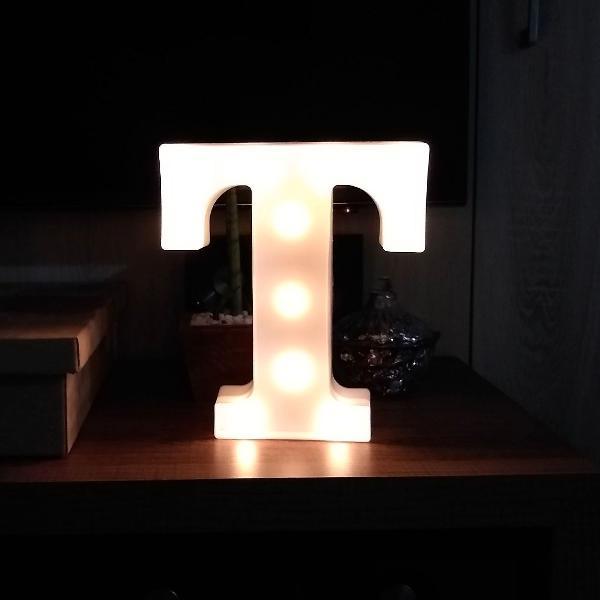 Luminária decorativa letra t