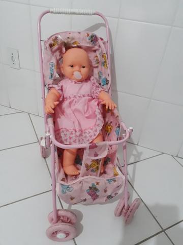 Carrinho de boneca com boneca falante