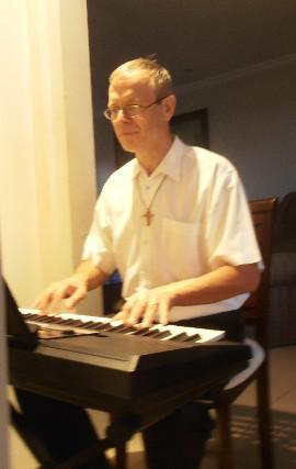 Musico alemao canta e toca para o seu casamento