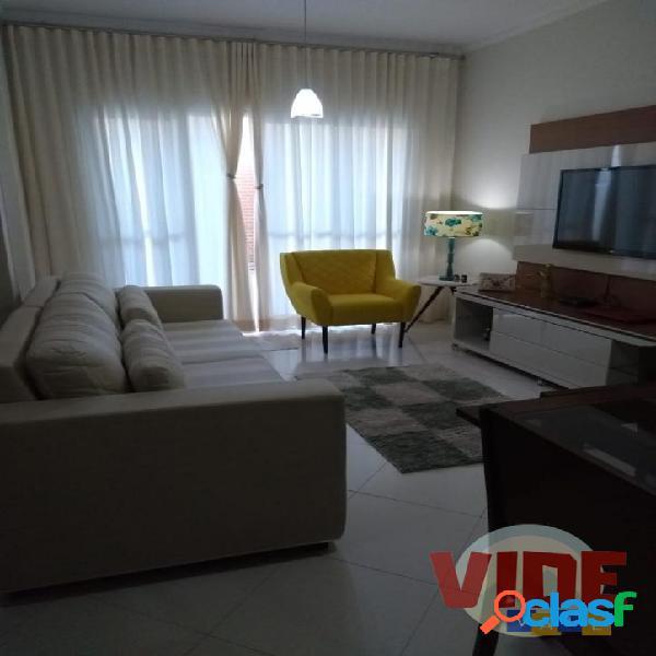 Sobrado em condomínio, com 3 dormitórios (1 suíte), 125 m², armários, churrasqueira, 2 vagas, em jacareí