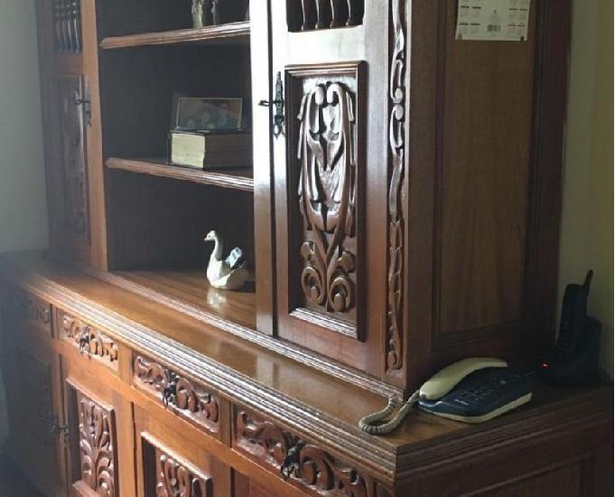 Oratório e mesa com cadeiras